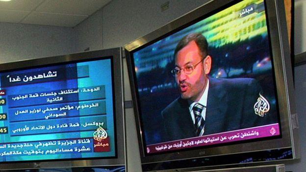 صورة لتلفازين على قناة الجزيرة