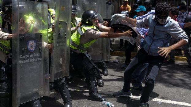 Enfrentamiento entre policías y manifestantes