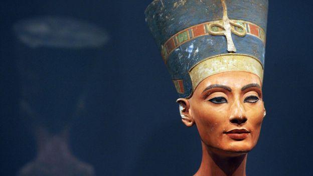 El busto de la bella Nefertiti expuesto en un museo de Berlín.