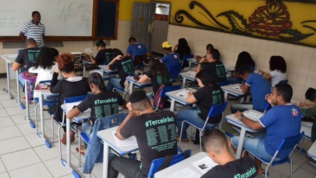 Jovens do terceiro ano do ensino médio em escola da Bahia