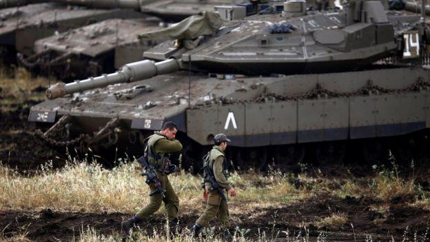 Soldados israelíes, junto a unos tanques en los altos del Golán.