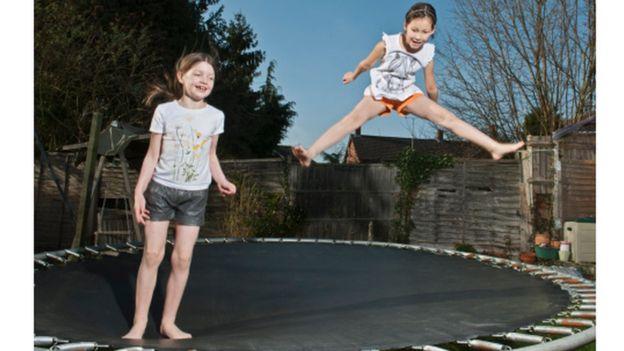 Crianças pulando no trampolim