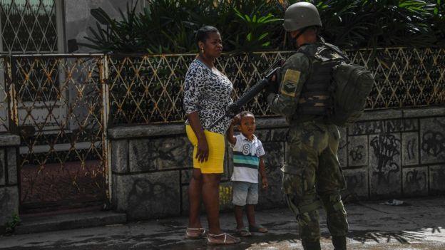 Soldados param moradores em entrada de favela