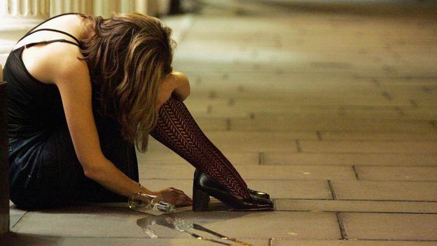 Una mujer ebria en Bristol, Inglaterra.