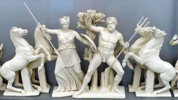 Atenea compitiendo con Poseidón por el honor de convertirse en patrón de la ciudad de Atenas, ella con su olivo y él con su tridente.