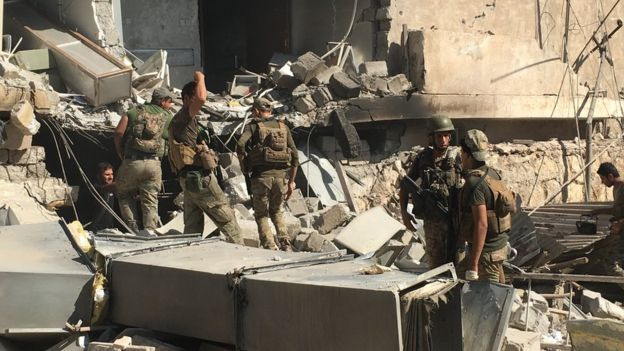 Iraqi security forces advance into a hospital complex where IS militants are holed up