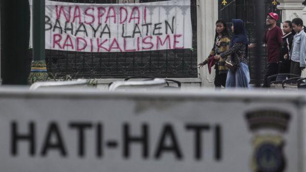 Warga melintas di dekat spanduk penolakan terhadap teroris di kawasan Jl Malioboro, Yogyakarta, Selasa (15/5).