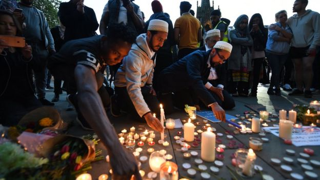 مواطنون من مدينة مانشستر يشعلون الشموع لتأبين ضحايا الهجوم