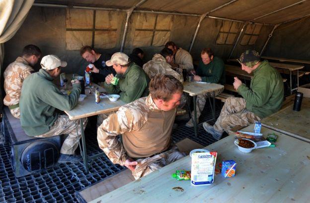 Soldados británicos comiendo.