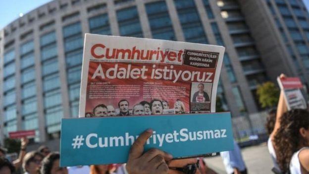 Cumhuriyet gazetesi davasında yargılanan sanıklara destek için İstanbul Çağlayan Adliyesi'ne gelenlerden bazıları