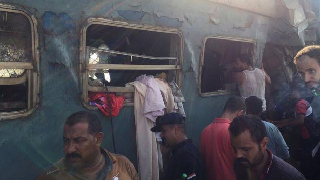 مردم در یکی از قطارهای به دنبال زندهماندگان میگردند.