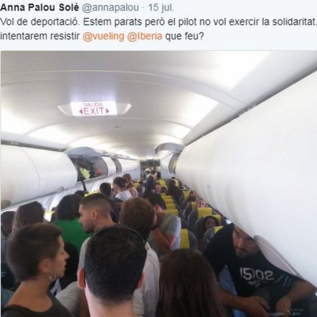 Tweet showing a photo of the solidarity protest on the plane