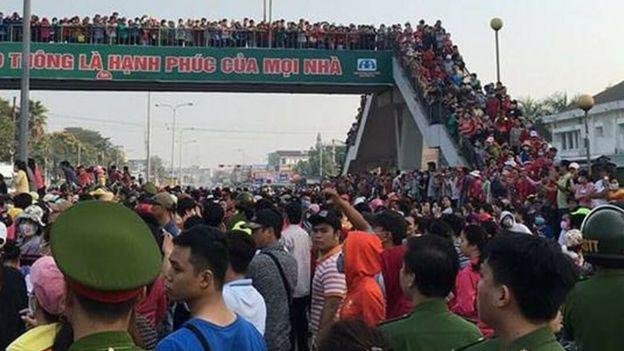 Hàng ngàn công nhân Pouchen VN tụ tập ở khu vực cầu vượt quốc lộ 1K để phản đối đề xuất thang lương mới