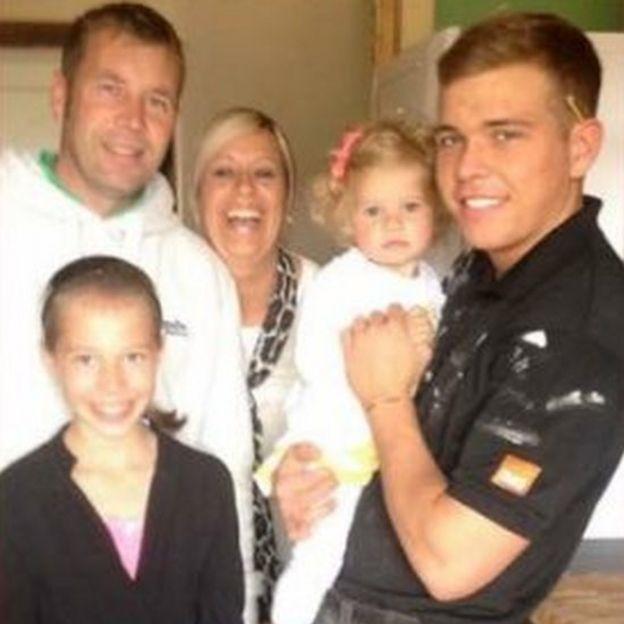 Jordan Wilkie con su familia en 2014, el año que se suicidó.