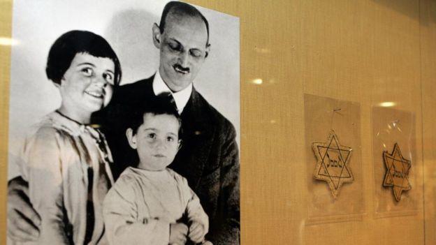 Foto de Otto Frank con sus hijas Ana y Margaret