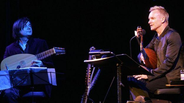 Sting tocando el laúd en un concierto