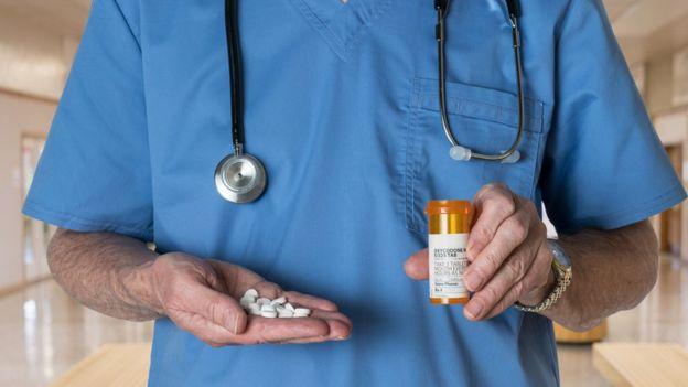 Doctor con un frasco de oxicodona