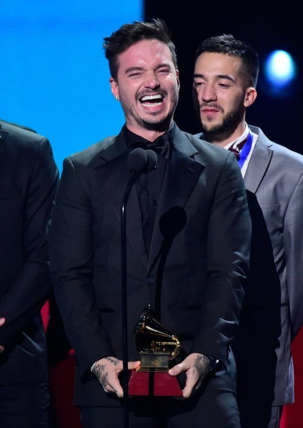 J Balvin recoge su premio Grammy Latino 2016 por su disco