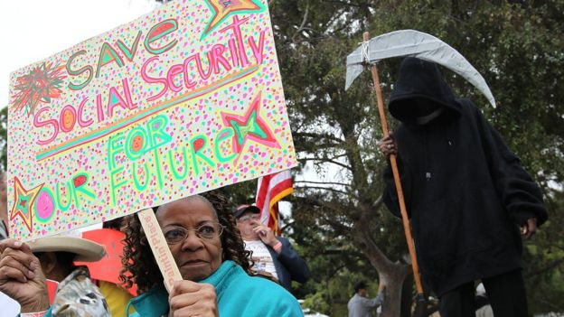Manifestante de la tercera edad.