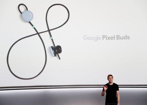 Google Pixel Buds en una pantalla gegant