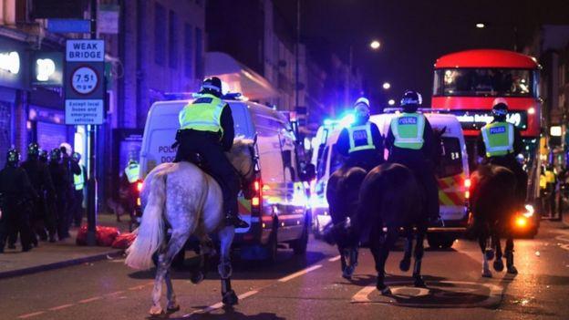 Policía antidisturbios en los caballos