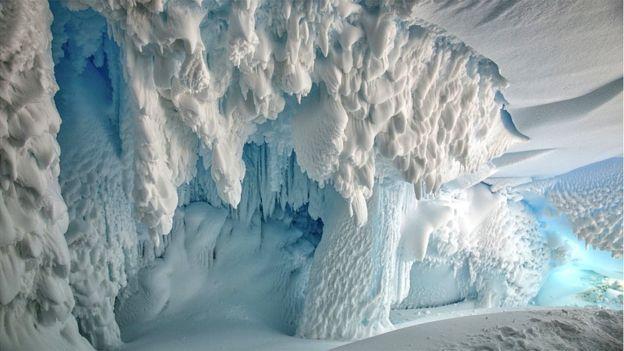 Antarktika'da bir mağara