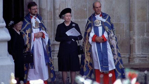 Elizabeth 2ª e a rainha-mãe esperam a chegada do caixão de Diana na entrada da abadia de Westminster