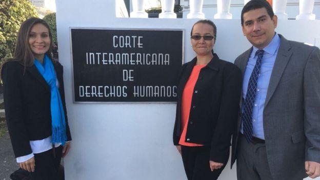 Linda Loaiza en compañía de su hermana, Ana Secilia y de su abogado, Juan Bernardo Delgado. (Foto cortesía de CEJIL)