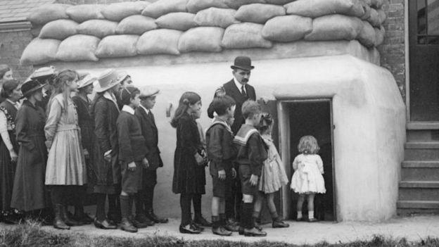 الأطفال والنساء يدخلون إلى أحد الملاجئ