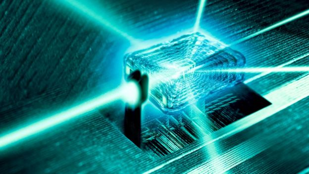 Rayos de luz que pasan a través del núcleo de cristal a nanoescala de un ordenador cuántico.