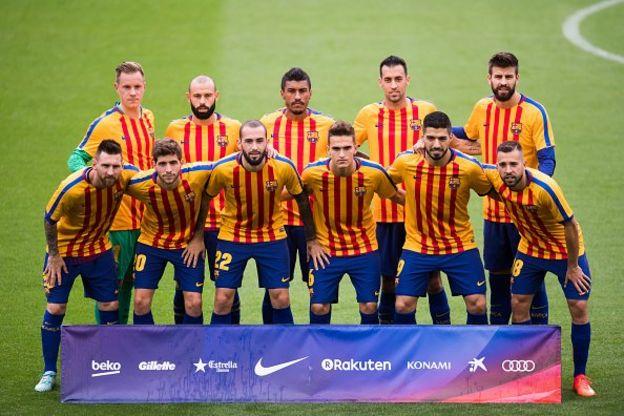 ผู้เล่นทีมบาร์เซโลน่าใส่เสื้อเป็นสีธงของคาตาลูญญ่าในแมทช์ที่แข่งกับลาส พัลมาสเมื่อวันที่ 1 ตุลาคมที่ผ่านมา
