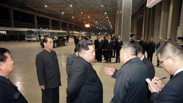 中國駐朝大使李進軍(右二)也有到平壤火車站送行,並與金正恩交談。