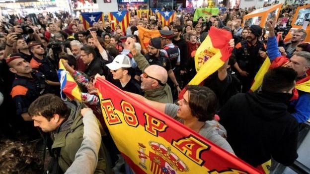 Manifestantes a favor y en contra de la independencia de Cataluña.