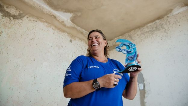 Peixinho mostra troféu de 1º lugar conquistado por uma equipe sua