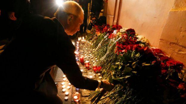 Президент Путин ҳодиса яқинидаги хотира бурчагига қўл қўйган