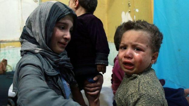 Crianças atendidas em hospital de Douma, em Ghouta Oriental, após ataques das forças sírias