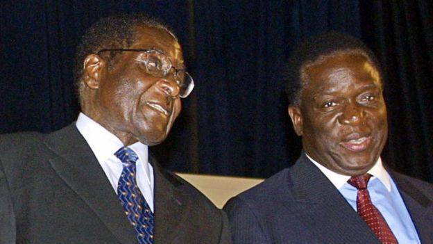 Robert Mugabe (izquierdaL) y Emmerson Mnangagwa en 2004.