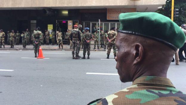 Les MK, la branche armée de l'ANC devant le siège de l'ANC