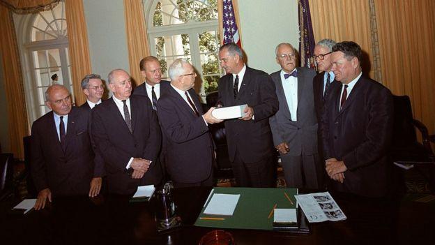اعضای کمیته وارن در سپتامبر ۱۹۶۴ گزارش خود را به لیندن جانسون (وسط راست) دادند؛ در پشت قاضی ارل وارن (وسط چپ) جرالد فورد ایستاد ه که یک دهه بعد سی و هشتمین رئیسجمهور آمریکا شد