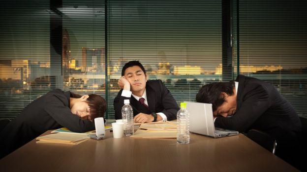 Executivos dormindo no expediente
