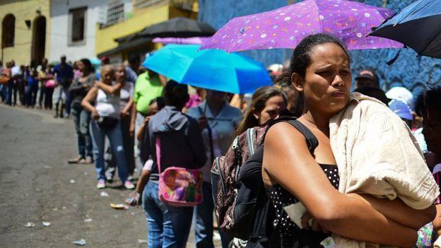 Una cola afuera de un mercado en Venezuela