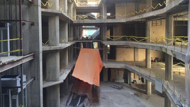 Interior del centro comercial en construcción.
