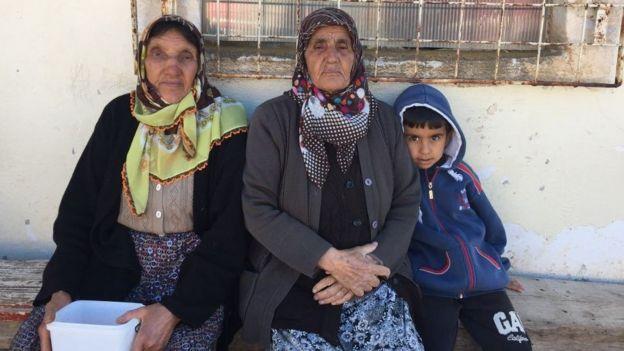 Okula gidemeyen bir çocuk ve büyükanneleri.