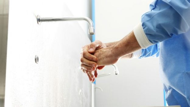 Un médico lavándose las manos