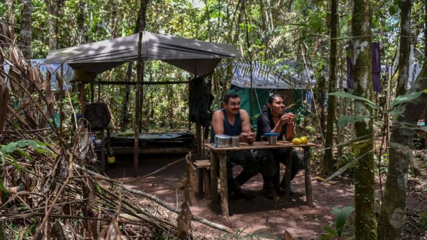 Dos guerrilleros de las FARC.