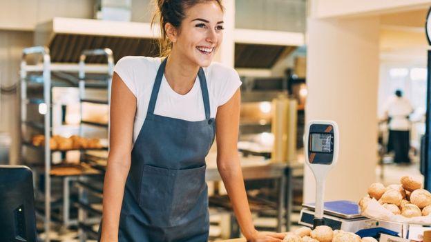 زنی که در نانوایی کار میکند