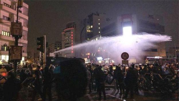نیروی انتظامی در تهران از ماشینهای آبپاش برای متفرق کردن تظاهرکنندگان استفاده کرد