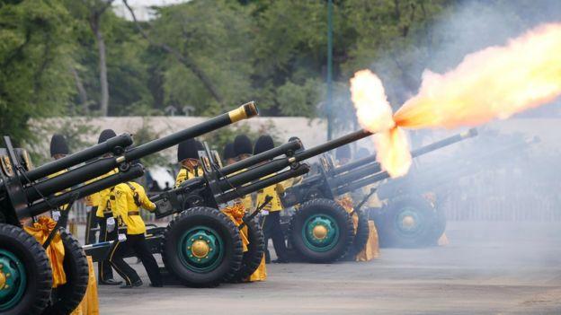 กรมทหารปืนใหญ่ที่ 1 รักษาพระองค์ ยิงปืนใหญ่เฉลิมพระเกียรติ 21 นัด บริเวณท้องสนามหลวง