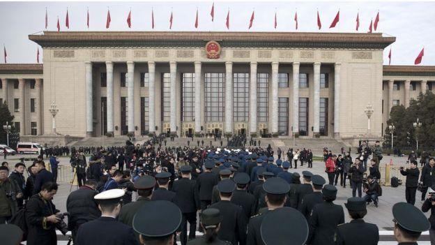 Делегаты ВСНП и охрана возле Дома народных собраний в Пекине. 5 марта 2018 года.