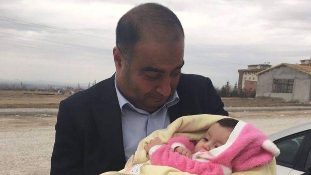 Çınar Babacan bebeğini Konya Ereğli Cezaevi'ne teslim etmeden hemen önce.